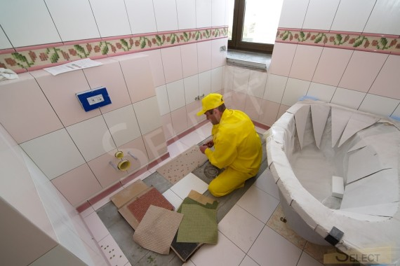 Photo of the laying of tiles in a children's bathroom in a country house