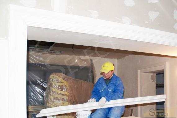 Фото приклеивания багета под балконом лестницы второго этажа в гостиной
