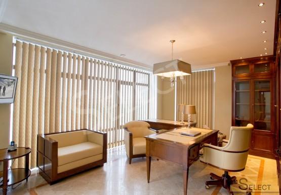 Фото кабинета в загородном доме с креслом Марелато