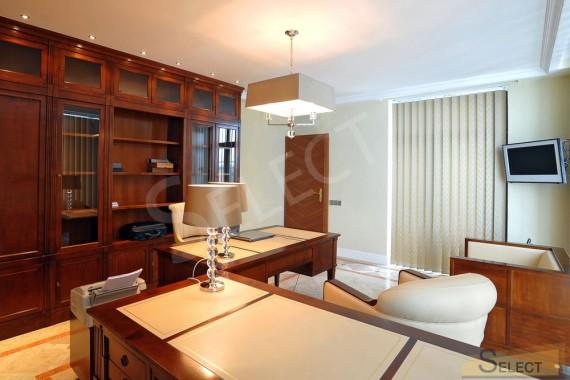 Фото кабинета в загородном доме с стол и мебель Марелато
