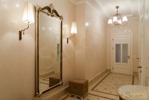 Фото обычного коридора в квартирев изысканном классическом стиле