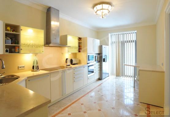 Фото Кухни в кремовом цвете (бежевая мебель цезарь)
