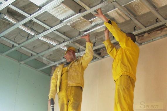 Установка вентиляции и подвесных потолков в кухне загородного коттеджа