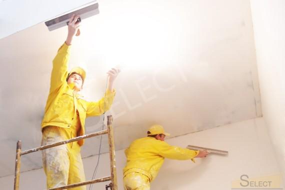 Ремонтные работы по шпаклеванию потолка в холле загродного дома. Чистовые работы