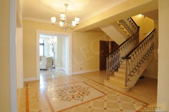 Фото Лестничный холл с мозаичным панно
