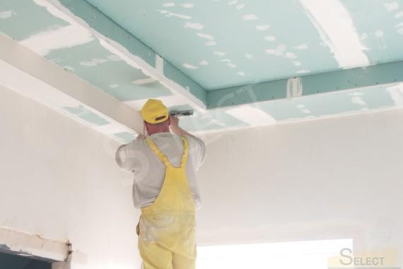 Малярные работы на потолке в спальне в теплых пастельных тонах
