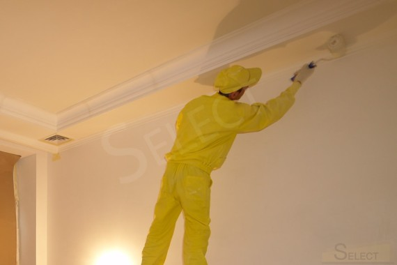 Painting the joints of the ceiling and walls