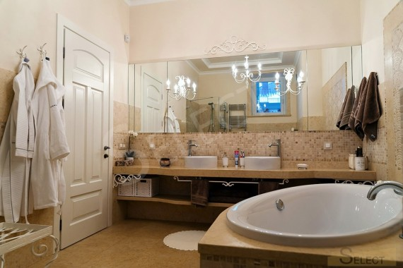 Photo of the combined bathroom in the apartment Natural marble and marble mosaic - I Conci, Bemarsa