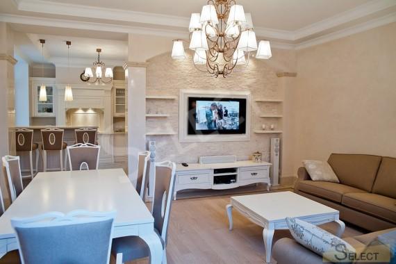 Фото гостинной - столовая в белых тоннах Подмосковье