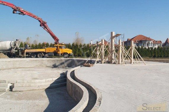 Start of construction work on the construction of a swimming pool in an entertainment set