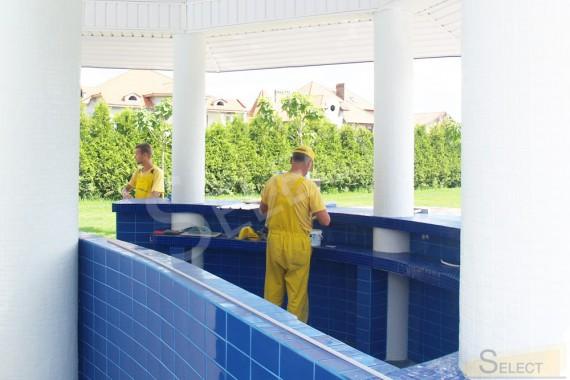 фото. Работы по отделке барной стойки у бассейна в развлекательном комплексе