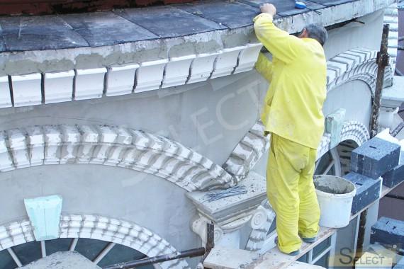 Установка декоративных элементов на фасаде. Пластика на фасаде крыши виллы
