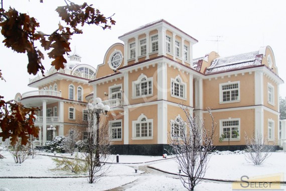 Photo. The main view of the villa in winter.