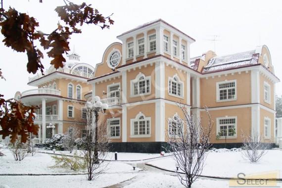 Фото. Основной вид виллы зимой.