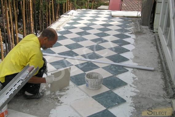 Укладка пола мраморной уличной плиткой в шахматном порядке