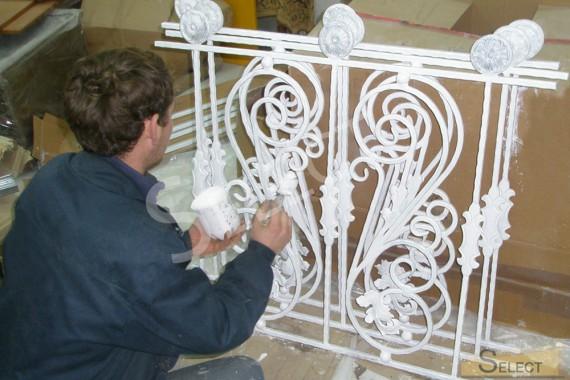 металлический забор и защитные конструкции фасада виллы.