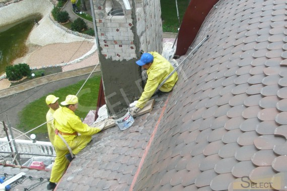 Laying ceramic tiles on the radius of the roof of the villa