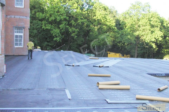 Construction of the roof of the villa. Photo of work on laying rubberized canvas