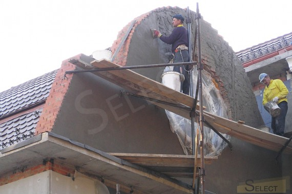 отделка фасада возле круглого окна крыши