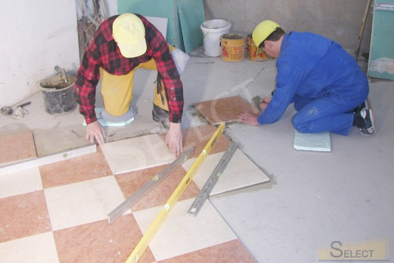 Photo of laying natural marble tiles on the floor on the third floor of the villa