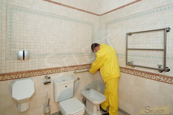 Установка аксессуаров сантехники и полотенцесушителя в санузеле на цокольном этаже