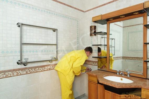Установка аксессуаров сантехники и полотенцесушителя в санузеле на цокольном этаже возле умывальника