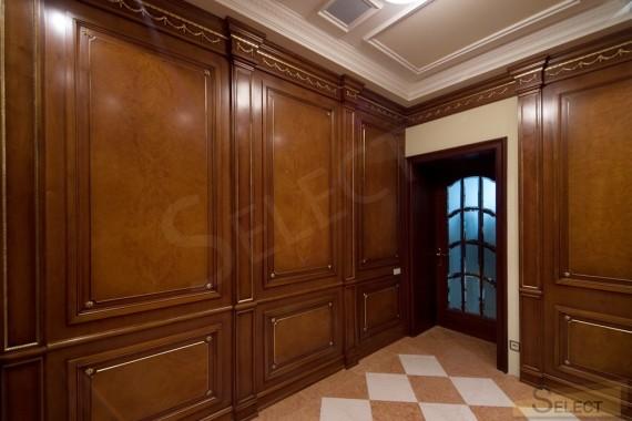 Фотография центральной гардеробной комнаты на вилле