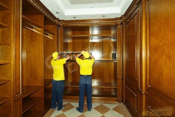 Ото монтажа встроенного шкафа. Программа гардеробной комнаты и стеновые панели (спецзаказ) – Ezio Bellotti