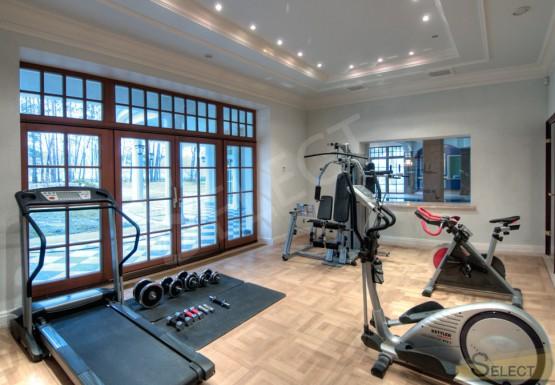 Фото Тренажёрная комната (вилла) с большими окнами и централизированной вентиляцией